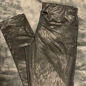 Shiny look leggings. Lace pattern. Medium